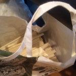 北澤倶楽部 一貫 - 割り箸が紙袋に入れられて,無造作に順番待ちのイスの端に置かれている