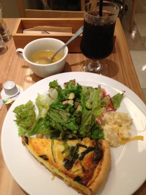 ナチュラルカフェベジクラージュ - 本日のキッシュランチ950円、サラダ・スープ・ドリンク付き