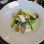 ル ピニョン - 魚料理 スズキとアサリの白ワイン蒸し