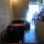 オニバスコーヒー - 店内5席。人物は焙煎機を見ているイケメンマスター。