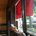 まるやす - 窓側のお座敷に座りました