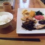 神家 - 料理写真:お家みたいなとこで和食ビュッフェ♪ 分かり難いところにあるけどお昼は結構賑わうんですよね お魚に煮物、揚げ物といろいろありますよ(^^♪