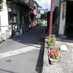 千慶 - お店の前の路地
