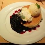 オハナ - ブルーベリーチーズパンケーキ(950円)にバニラアイスクリーム(150円)をトッピング