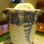 伊万里鍋島焼会館 軽食・喫茶コーナー - (2013/8月)グアバジュースの器を横から見たところ