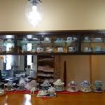 伊万里鍋島焼会館 軽食・喫茶コーナー - (2013/8月)喫茶コーナー用のコーヒーカップは色々置いてありました。