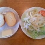 21315071 - パンとサラダ
