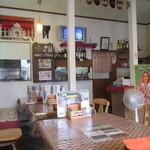 インディアンカレーレストラン ラドウニ - 印度のMTVが流れる店内