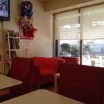 カフェ グラッソ - 赤いソファテーブル