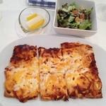 カフェ グラッソ - チーズたっぷりピザとミニサラダ&パプリカと大根のピクルス