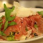 ピッツェリア・ギタロー - 生ハムとパルミジャーノチーズのサラダ