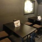 福ちゃん - (2013.9) テーブル席の上には「福'」一文字のネオンサイン