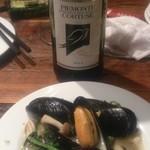 21339982 - タパスとワイン                                              タパスもワインも多くの種類があります。