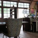 etu - アンティークな家具や雑貨が一杯の店内。