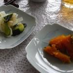 ビューファーム鳥原平 名水そば - セルフサービスのお新香とかぼちゃの煮たの。