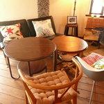 cafe Gaya - ソファのような席と、高さの違うテーブル席