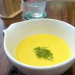 カフェドゥオペラ - スープ&ドリンクセット(¥580)のスープ。この日は冷たいコーンスープでした。甘みが強かったです。