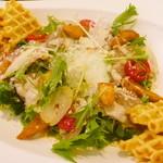 カフェドゥオペラ - カロリーナのシーザー風サラダ ¥890。ワッフルは生焼けっぽくて残念でしたが、生ハムのサラダはとってもおいしくて、ボリュームもあってよかったです!