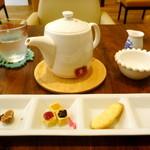 カフェドゥオペラ - クッキーとチョコレートのワンプレート(¥200)と、スープ&ドリンクセット(¥580)の紅茶(ホット)。ワンプレートは、食後のちょこっとしたデザートに調度よい感じの量とお味でした。