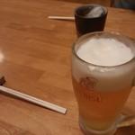 21356041 - エビス(生中) ¥450 ・・と、奥に烏龍茶(¥280かな?)