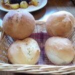 フラワーファーム - チーズパン、ガーリックパン、ベーコンパン (これ 2人分です)