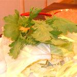 水たき 一慶 - 具は定番のキャベツ(白菜ではない)、春菊、豆腐、にんじん、えのき、くず切り