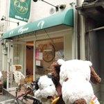21360069 - アベテンバル1軒目にやってきたお店は、オリザ(Oryza)。淡路島産のコシヒカリや有機野菜を使った食堂カフェだよ。                       阿倍野筋から路地を少し入ったところにあって、隠れ家カフェみたい。