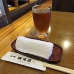 本町備後屋 - ドリンク写真:冷たい麦茶ときっちりと固く巻かれたおしぼり