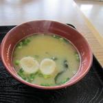 たぎり - 丼には九州味噌を使ったワカメと麩のお味噌汁がついてきました。