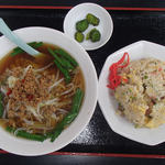 四季紅 - セットメニューの台湾ラーメン+炒飯(780円)