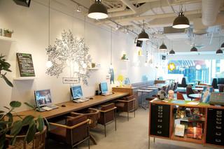 ワイアード カフェ アトレ川崎店 - 無線LAN~FreeSpot~対応☆窓側には、ソファー席ご用意しております。