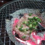 福寿苑荒川沖本店 - ネギのせタン塩を焼いています