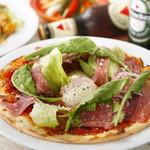 ルーズカフェ - 生ハムと温泉卵のピザ