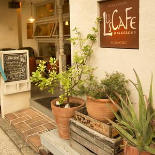 駅から少し離れた通り沿いに佇む、隠れ家カフェ。