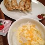 信濃路 - セットのギョウザと、リゾット。トマトラーメンを食べたあとはトロけるチーズがのったご飯にトマトスープをかけてリゾットへ。