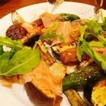 21376146 - 前菜。旬野菜の炭火焼盛り合わせ 生ハムとグリーンタプナード。