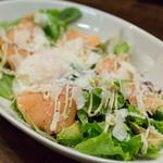 ユーロバル マテーラ - スモークサーモンとアボカドのシーザーサラダ 1,100円