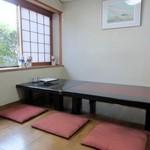 天然活魚の店 花靖  - 私は一人でしたが開店して間もない12時前の訪問だったので個室のお座敷に上げて頂いてテーブルで食事です。