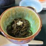 天然活魚の店 花靖  - 小鉢の2つ目はモズク酢、いづれも魚介料理店にはぴったりの小鉢ですね