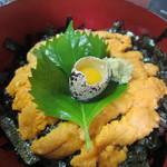 天然活魚の店 花靖  - そしてお待ちかねのこの店の名物の「うに丼」です、ウニは津屋崎や神湊産などからオーナーがその日に一番状態がいいものを選んでいるそうですよ