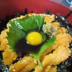 天然活魚の店 花靖  -  特製醤油ダレをぶっかけたらこの店の名物「うに丼」の完成です。