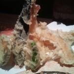 21389763 - 天ぷらは海老×2・穴子・蒲鉾・茄子・カボチャ・さつま芋・しし唐辛子で揚げたて熱々です。