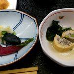 魚久 イートイン あじみせ - 魚久 イートインあじみせ 本店 定食に付く揚げ巻きしんじょうの小鉢と香の物