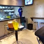 舞鶴キッチン - 中央にセルフサービスの水やおしぼりが置いてあります