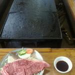 巻狩 - このでっかい溶岩プレートで焼きます。国産牛サーロイン150g