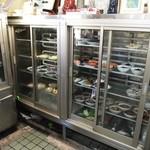 森田食堂 - 古い冷蔵庫には酒のアテ(おかず?)が一杯
