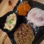 2140017 - 桜新味についてくるお皿 4種のっています。