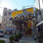 ウエスト - 櫛田神社参拝後、川端通アーケードに入っていくと途中にあります。