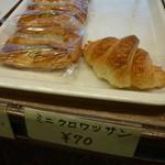 21404915 - クロワサン 70円 当然駅前店とおなじく好みのタイプ