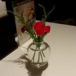 21405834 - 卓上の小さな花